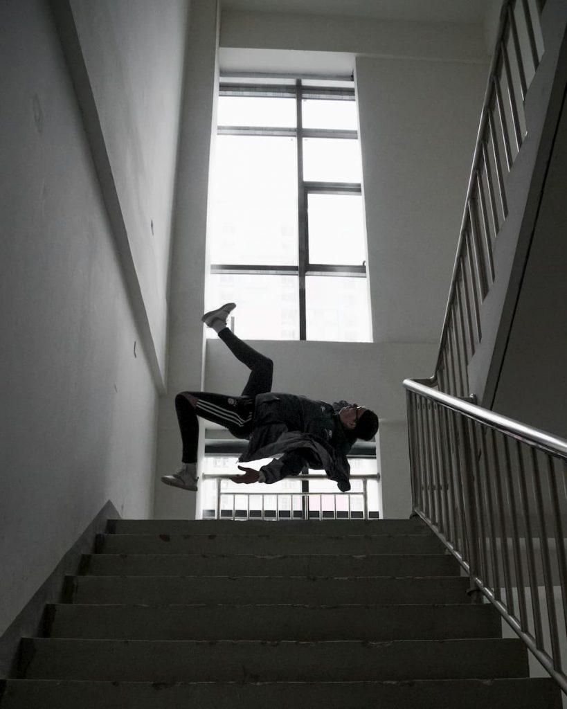 tropeçou na escada